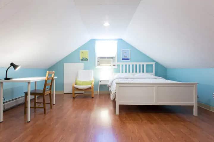 Cozy attic+private bath/entrance