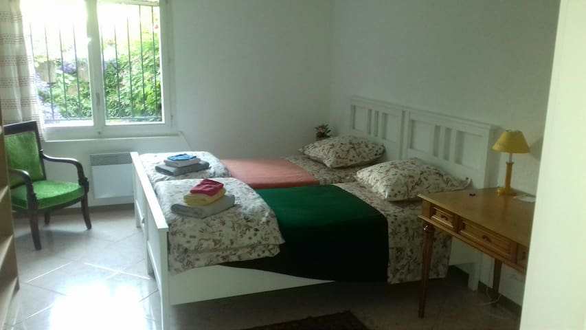 Quiet room near North Geneva (ONU-Palexpo-Airport)