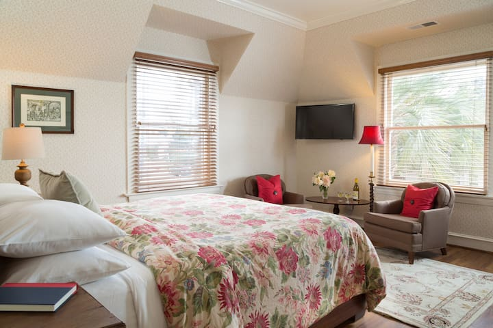 Cozy room in elegant Victorian Inn with breakfast and wine hour included.