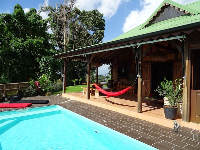 Villa de charme en bois exotique avec piscine - Rivière-Pilote