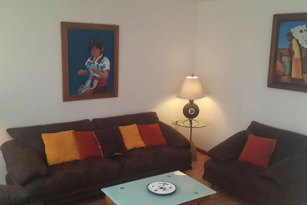 Sala con pinturas de indígenas mexicanas