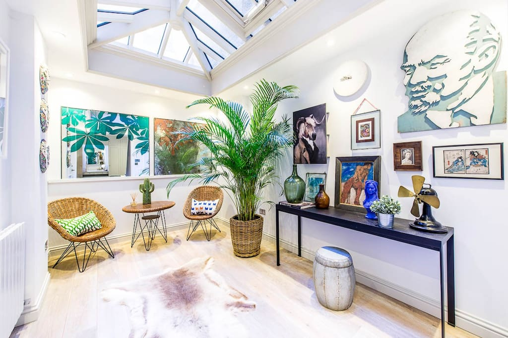 With easy access to London's main attractions and great transport links, this flat could be your stylish home in London.