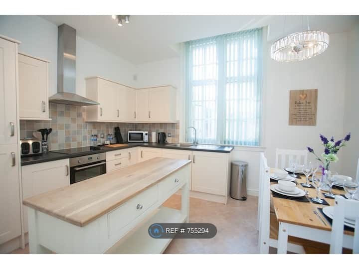 Central 2 Bed, Parking & Private Terrace, Sleeps 6