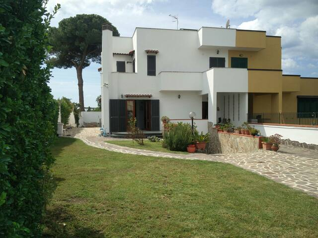 Villa con giardino in  un  Parco - Varcaturo - Casa