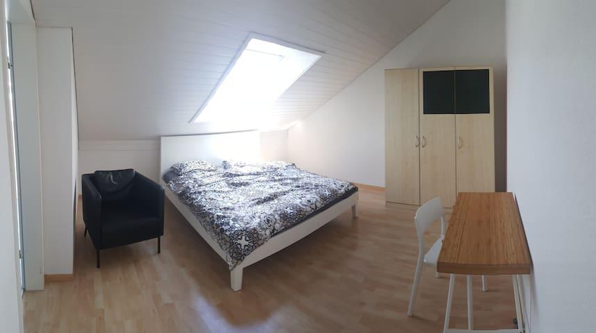 Grosszügiges Zimmer mit Dusche / WC nahe Altstadt