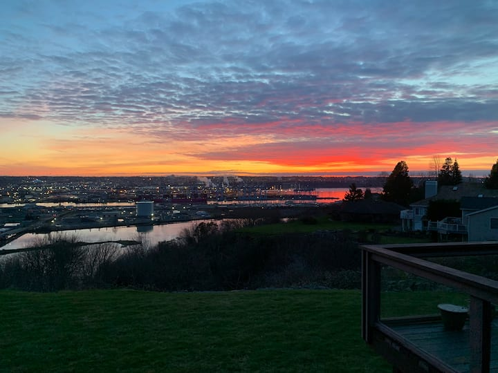 Cliff House with Stunning View in Tacoma