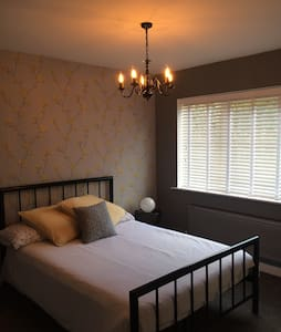 Spacious double room, village setting - Lingfield - Casa