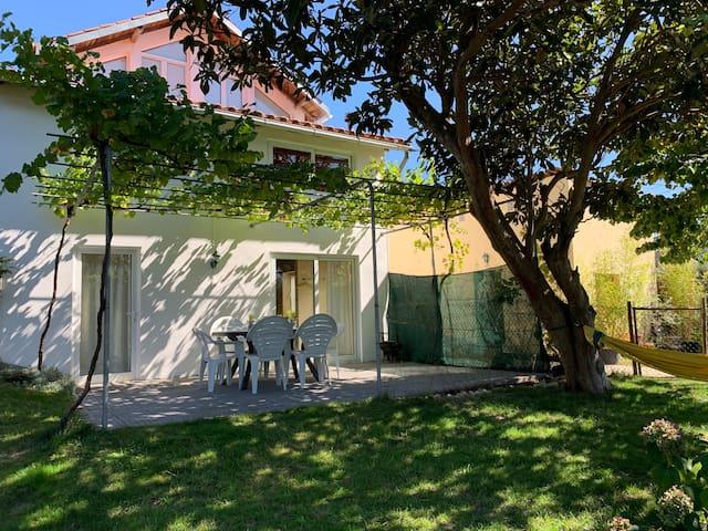 Terrasse privée avec jardin clôturé