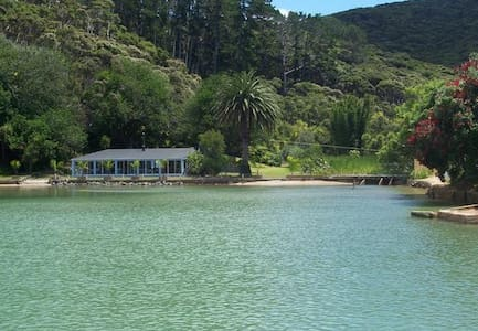 "Waterside ""FUN PARK"" farm house on Kawau"