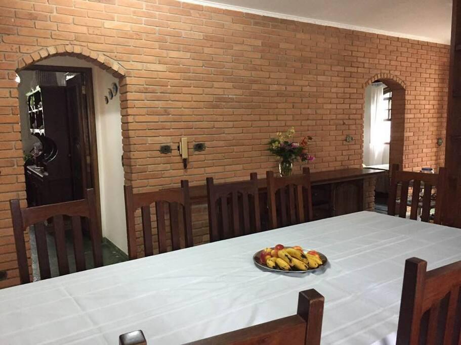 sala de jantar com acesso a cozinha e as suítes