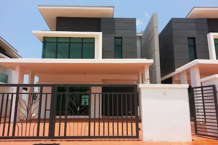 Private floor in a semiluxury semiD - Kuantan - บ้าน