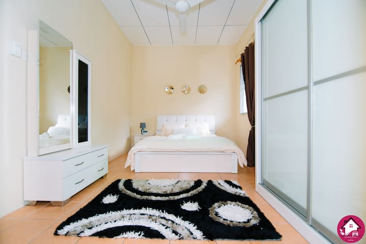 Master bedroom - private bathroom, Queen size bed, air-conditioning, ceiling fan