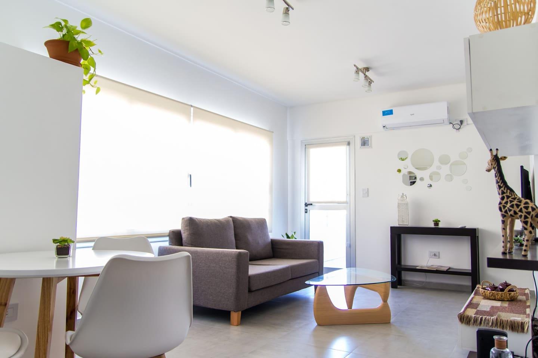 """Luminoso y comodo living comedor Smart TV 50"""", acondicionador aire F/C"""