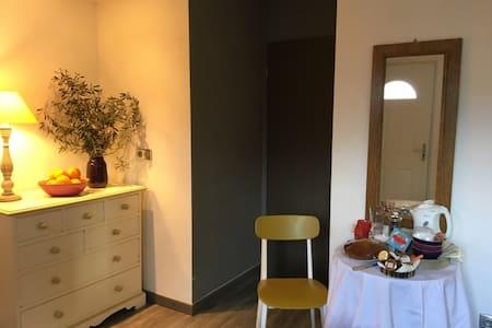 studio indépendant au calme avec place de parking - Apartment