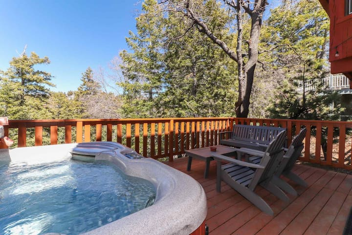 Wildwood Ridge: Pool Table! Hot Tub! Cable & Internet! Forest Views!
