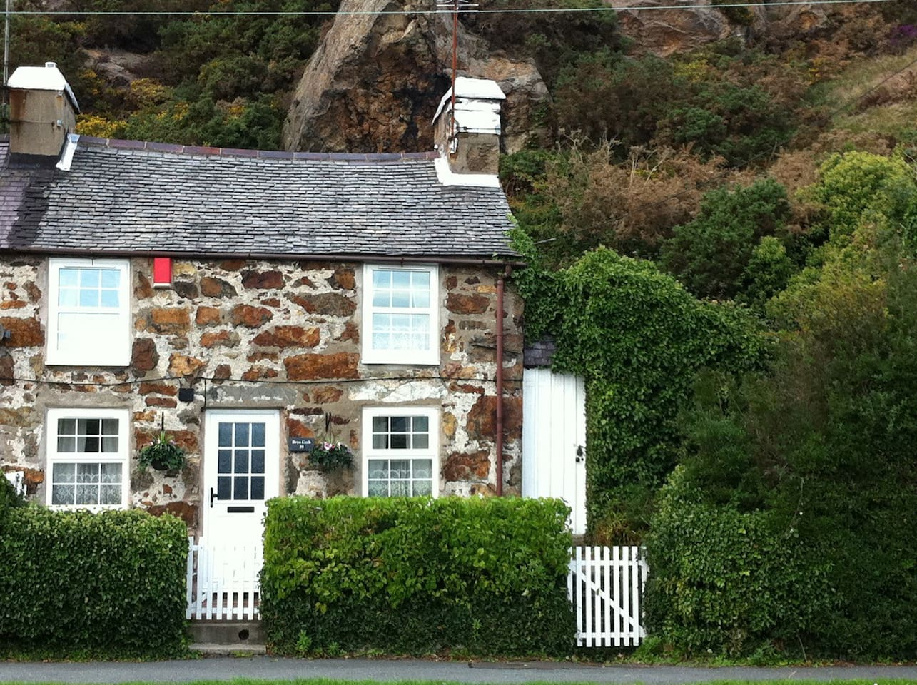Pretty Welsh Stone Cottage virtually opposite Pwllheli Marina, Plas Heli Sailing Academy, sandy beaches & very close to Pwllheli town centre with unrestricted, free parking outside.