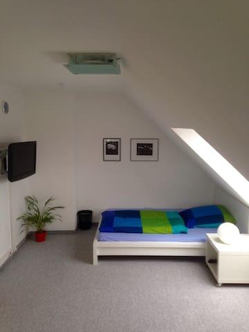 Großes Zimmer-seperates Bad, WC auf eigener Etage - Bayreuth - Rumah