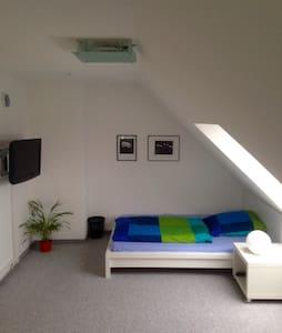 Großes Zimmer-seperates Bad, WC auf eigener Etage - Bayreuth