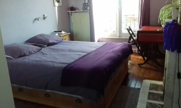 Chambre spacieuse. A nice bedroom. Habitación