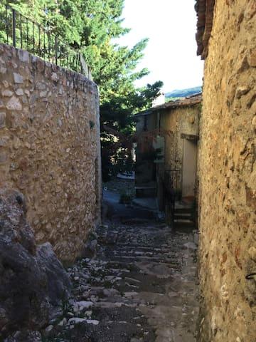 Studio indépendant au charme provençal