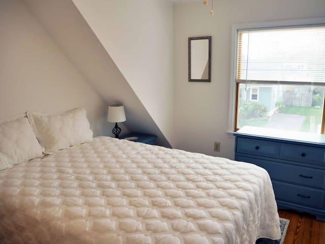 2nd flr - Queen bedroom