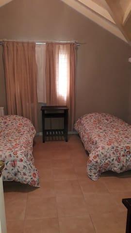 Esta habitación con baño privado está separada del resto de la casa, ubicada sobre la cochera principal.