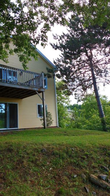La maison est sur deux étage,le premier est un 3 1/2 indépendant et le haut est un loft avec balcon complètement indépendant,vous avez le choix du haut ou du bas ou les deux,pendant votre séjour vous allez être les seul locataire