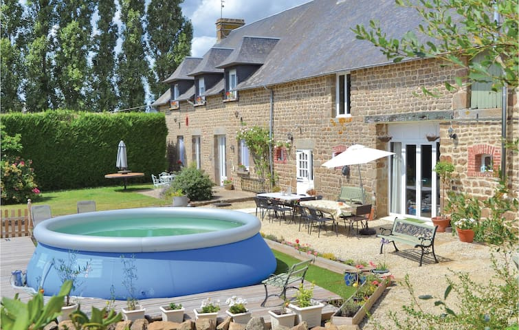 Holiday cottage with 7 bedrooms on 246m² in Fougerolles du Plessis
