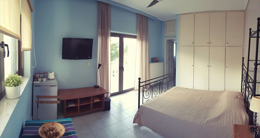 COZY & INDEPENDENT ROOM NEAR THE SEA & AIRPORT