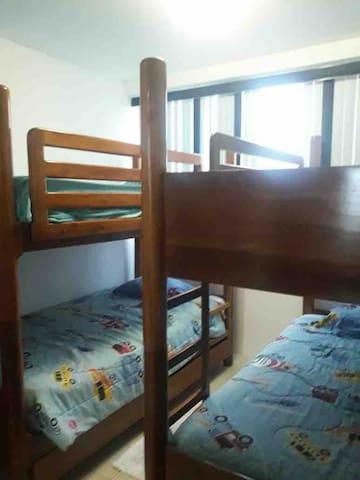 Vista del otro cuarto con 2 literas de 4 camas de plaza y media