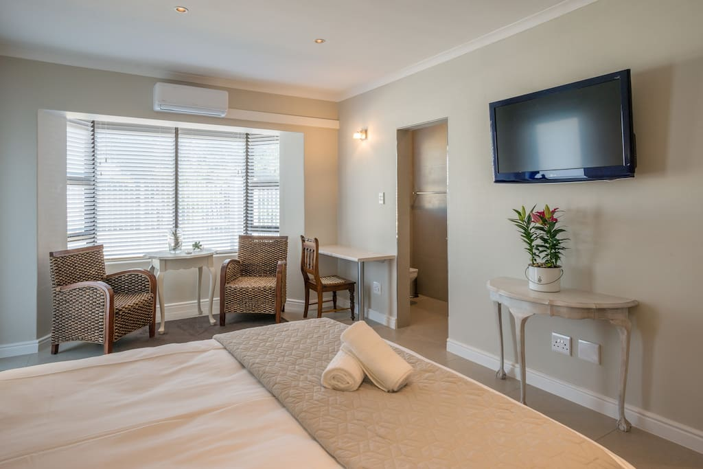 @7PillarsBnB - Room Shiraz: Large bedroom with separate area to work or relax, Air conditioner and flat screen TV