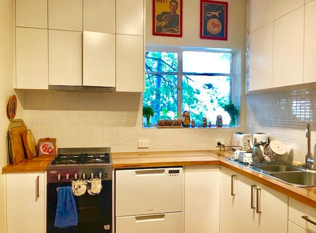 Fully equipped kitchen with pots, pans, crockery, cutlery and chef-standard knives
