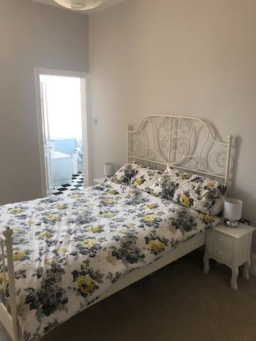 En-Suite Private Room in central Peverell