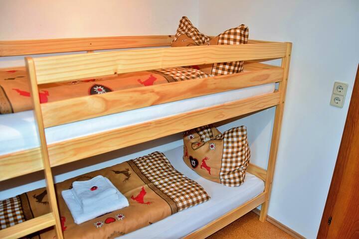 Ein kleines Schlafzimmer mit Etagenbett (1,90 x 0,90 Meter Betten)