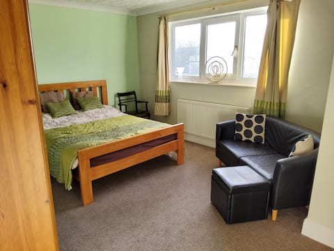 Self contained ensuite king size room with parking