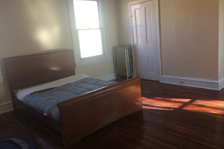Large, bright room, has wood floors - Φιλαδέλφεια