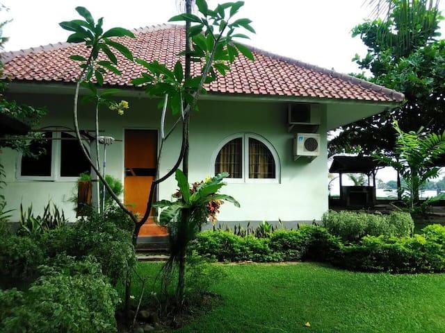 Roca Sambolo Getaway Villa - Jakarta - Huis
