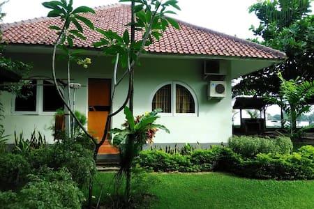 Roca Sambolo Getaway Villa - จาการ์ต้า