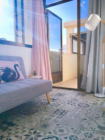 Coin chambre avec clic-clac CONFORTABLE en tissu. Ce Petit coin cosy donne sur sa propre terrasse qui offre l'avantage d'une douche extérieure, pratique en rentrant de la plage qui est juste en bas...
