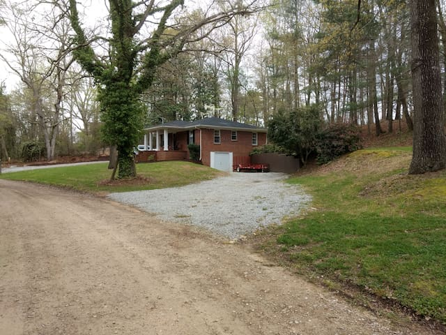 Close to Downtown & Easy Lake Lanier Access