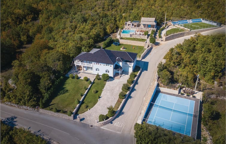 Holiday cottage with 6 bedrooms on 321m² in Gornje Podbablje