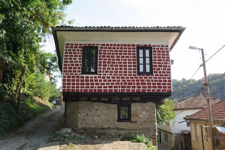 The Red Konak. A 200 years old house welcomes you! - Veliko Tarnovo - ทาวน์เฮาส์