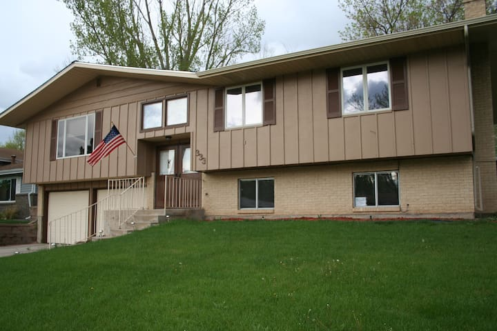 Open Colorado Theme, Spacious House - Windsor - Bed & Breakfast