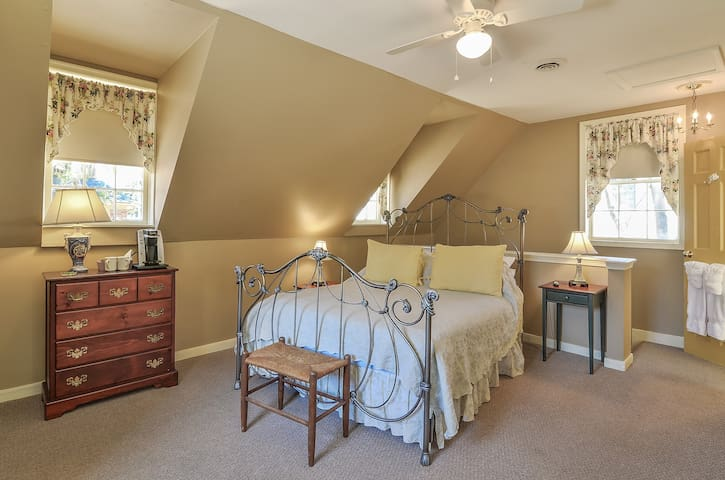 Secluded Queen Room with Gourmet Breakfast - Cedars B&B