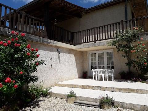 Apparemment agréable à la campagne, situé entre Périgueux et St Astier. Proche de toutes commodités et des lieux touristiques de la Dordogne.