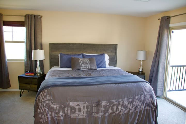 Master Suite - King Bed - Rocky Basin