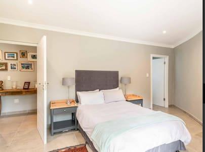 Cadmoor midway room with flexible options