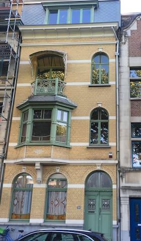 Pass Antwerp & pass the night in 'Renaissance'
