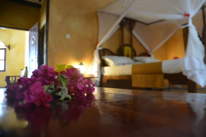 Ocean-view Rooms on a Sandy Beach. - Pwani Mchangani - Bed & Breakfast