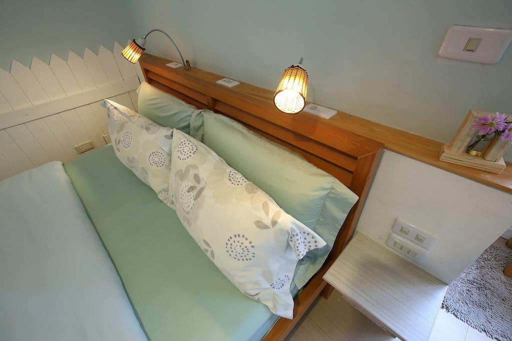 床頭有數不盡的充電插頭